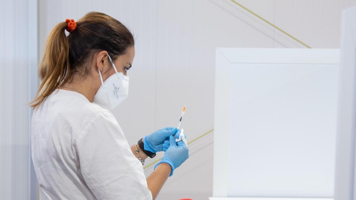 Una enfermera preparando la vacuna contra el coronavirus.