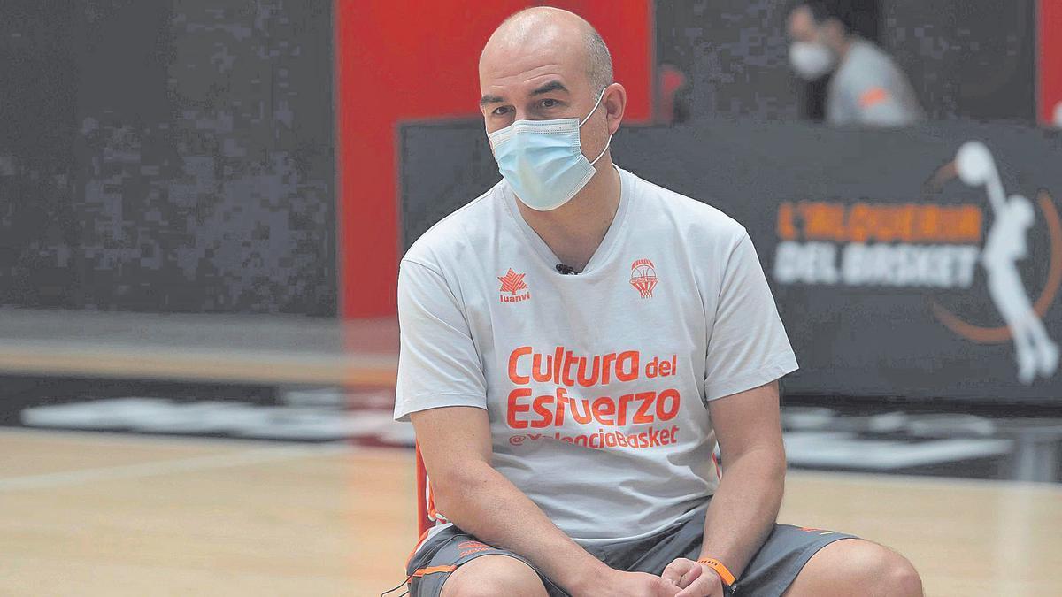 Jaume Ponsarnau, técnico del Valencia Basket, en la Fonteta, durante la entrevista.