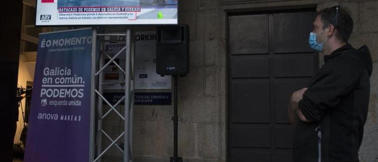 Una persona observa los resultados en las elecciones gallegas de julio en Santiago | // BRAIS LORENZO