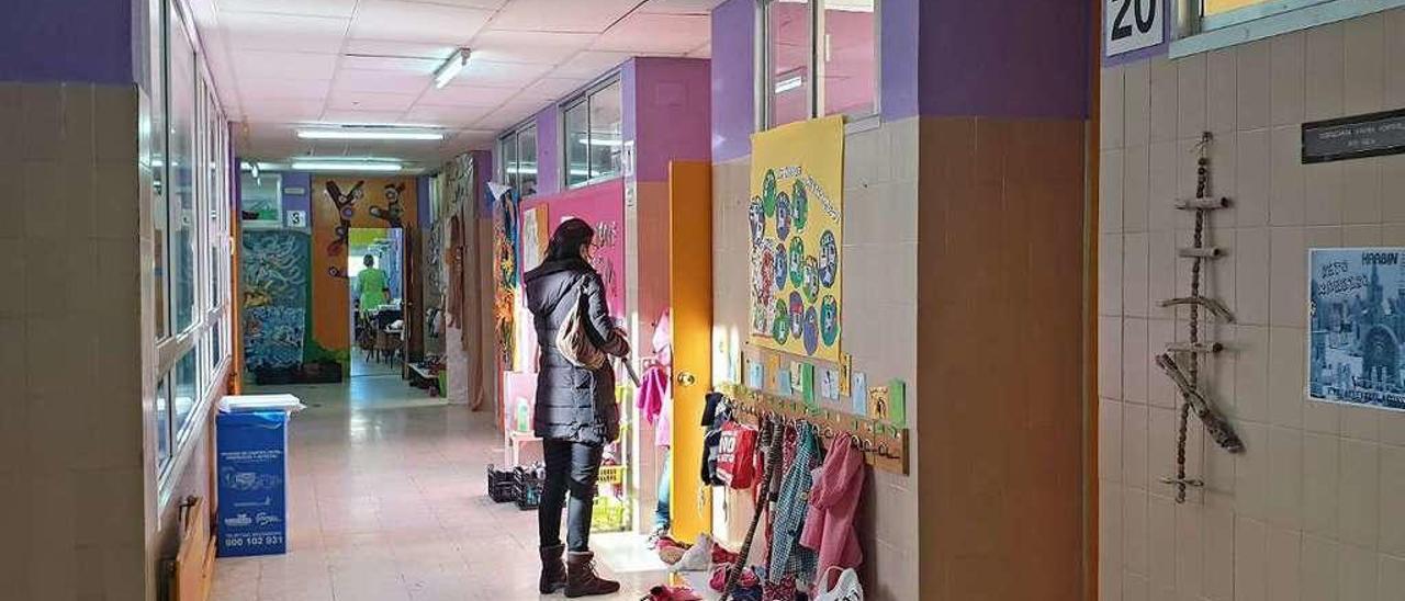 Una madre en el pasillo del colegio Serra de Vincios. // Marta G. Brea