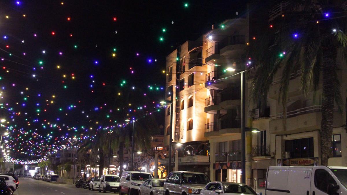 Els milers de metres de fil lluminós s'instal·len aquests dies a un total de 29 carrers de la vila