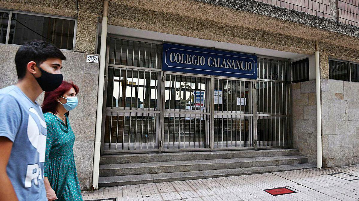 Entrada principal del Colegio Calasancio de Pontevedra, cerrado por coronavirus.