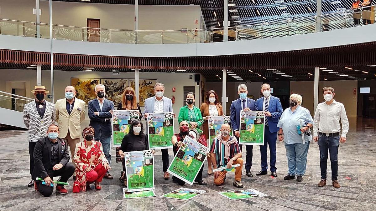 Foto de familia de participantes, representantes institucionales y creadores en el estreno.