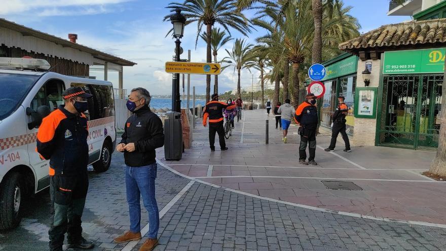 Protección Civil de Marbella centra en el paseo marítimo sus controles para el cumplimiento de las restricciones
