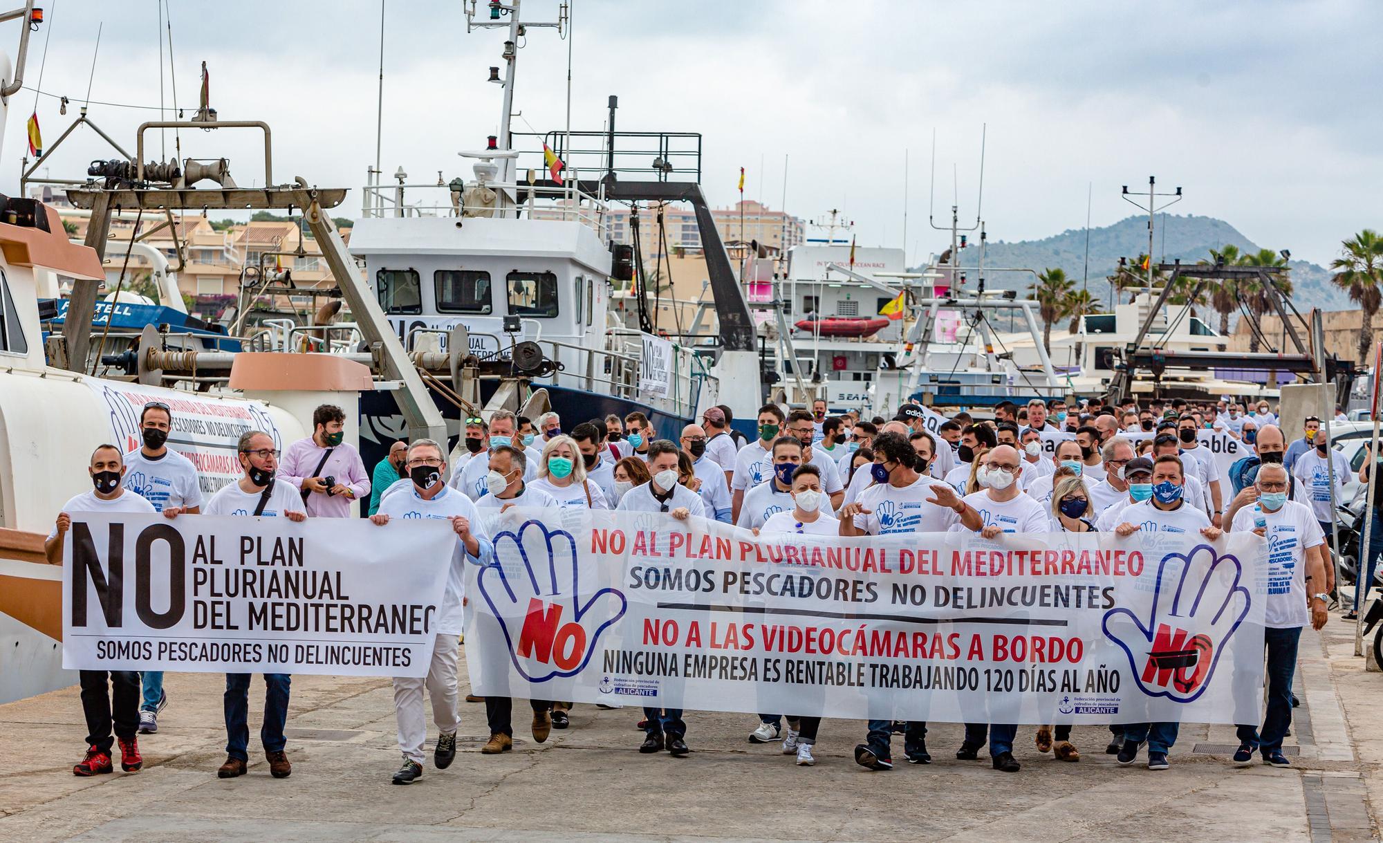 Las cofradías de la provincia protestan en La Vila contra el plan europeo que les obliga a reducir los días de faena