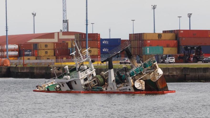 Se hunde un barco de pesca en El Musel