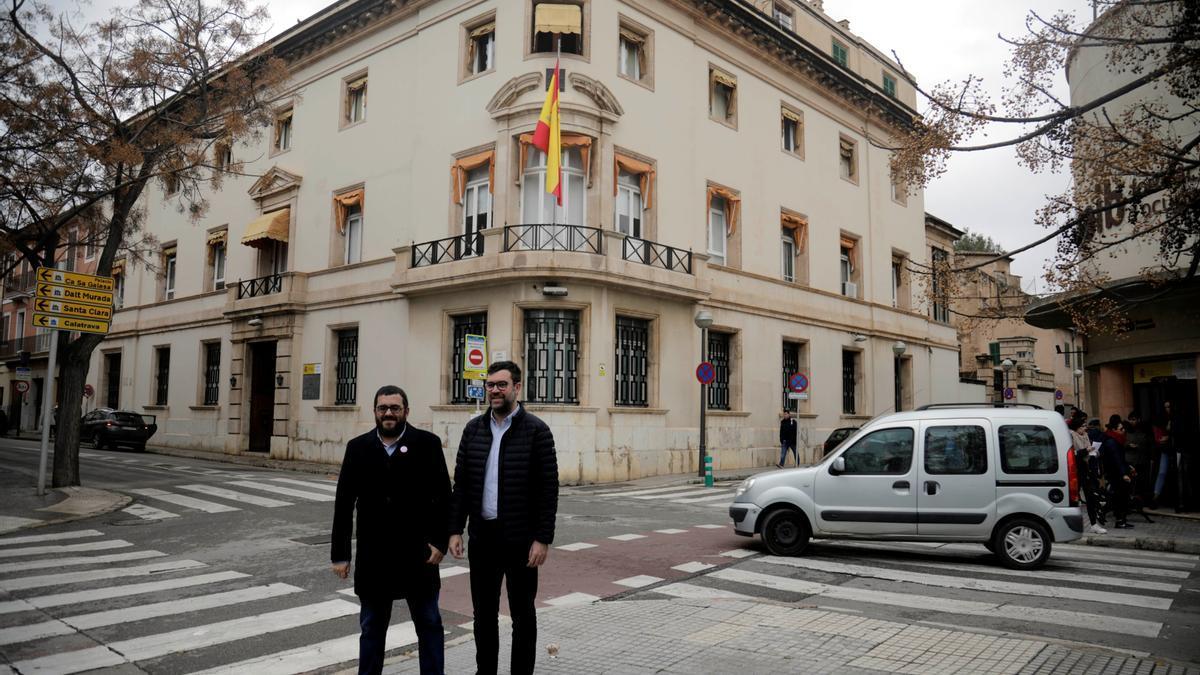 Vicenç Vidal y Antoni Noguera, de Més, ante la casa de Emili Darder.