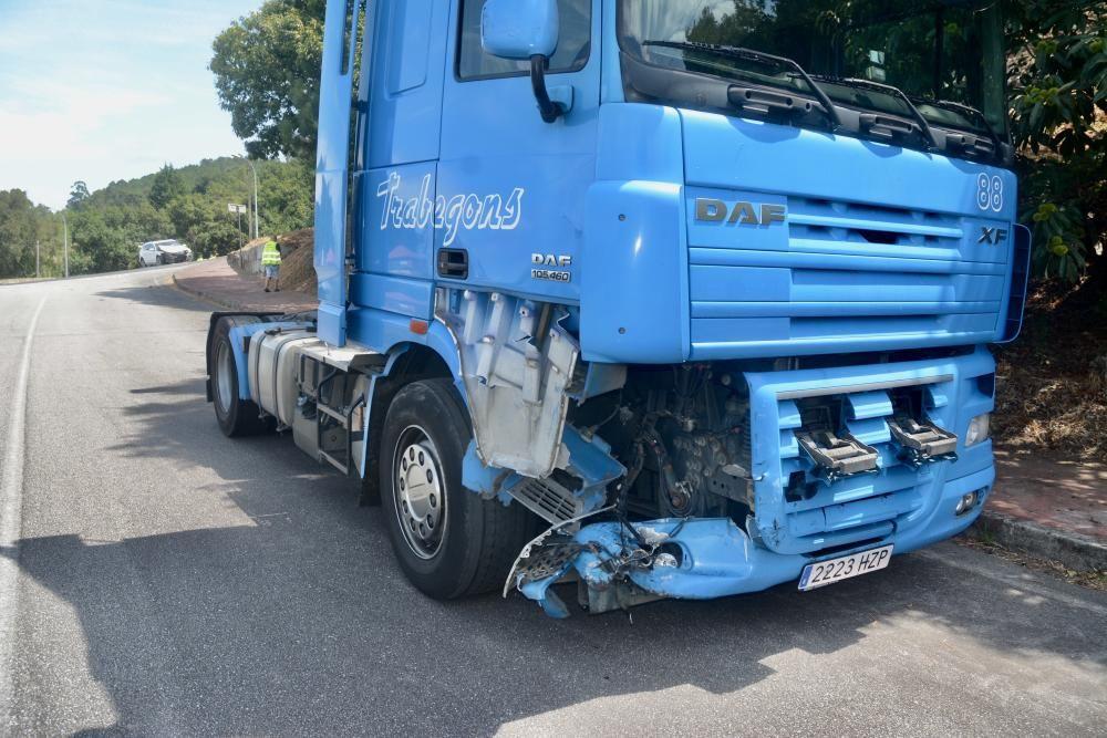 Fuerte choque entre un camión y un turismo en Barro