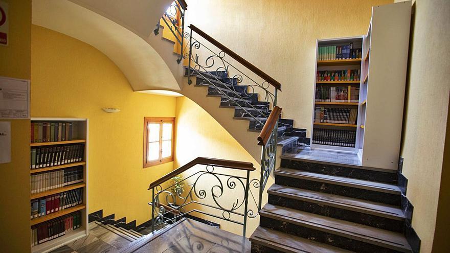 Estantes en las escaleras evidencian la falta de espacio en la biblioteca de Xàtiva