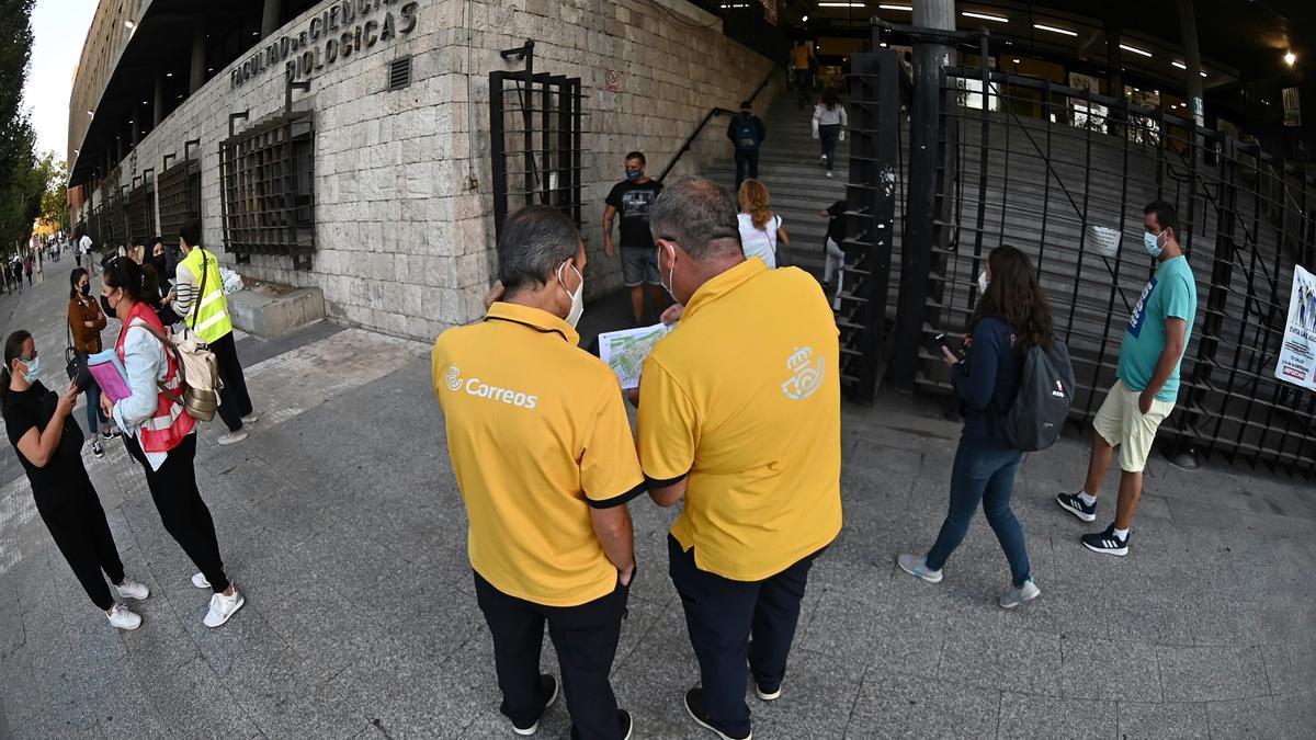 Personal de Correos, ante uno de los centros de examen en Madrid.