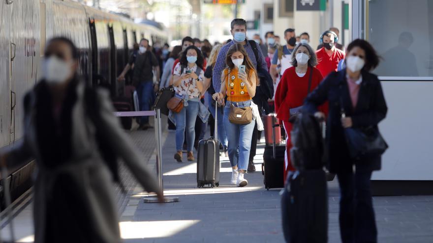 Cientos de personas llegan en AVE a València desde Madrid en el primer fin de semana sin estado de alarma