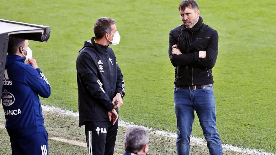 Eduardo Coudet conversa, contrariado, con uno de sus ayudantes durante el partido disputado ayer en Balaídos . |  // MARTA G. BREA