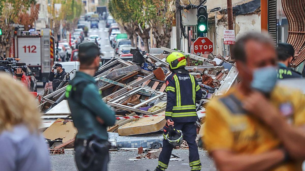 Daños provocados por la explosión, con los escombros de los pisos en la calle.