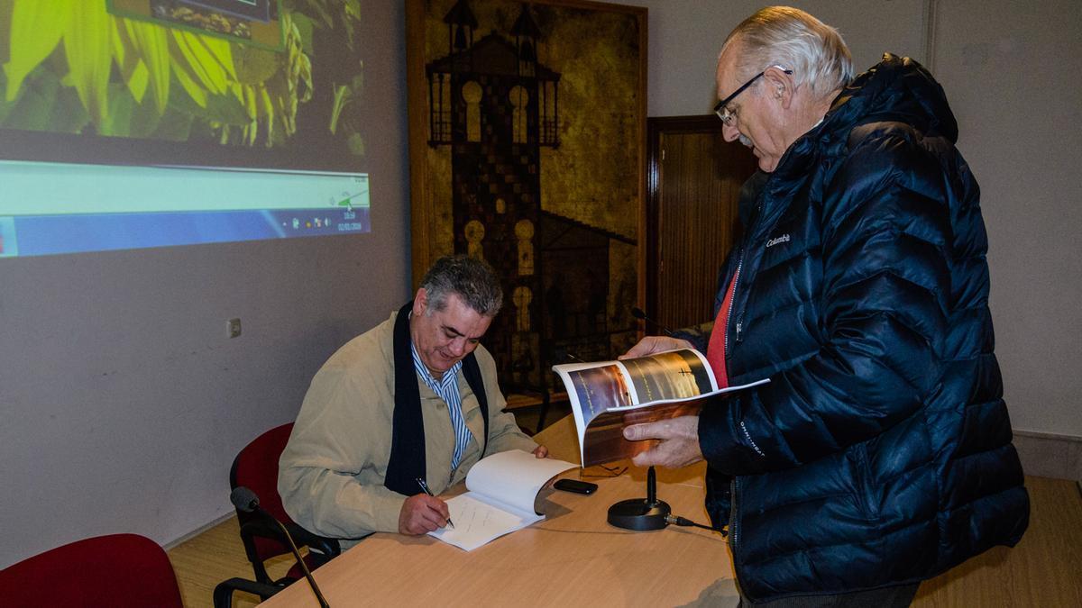 José Almeida en la firma de un libro