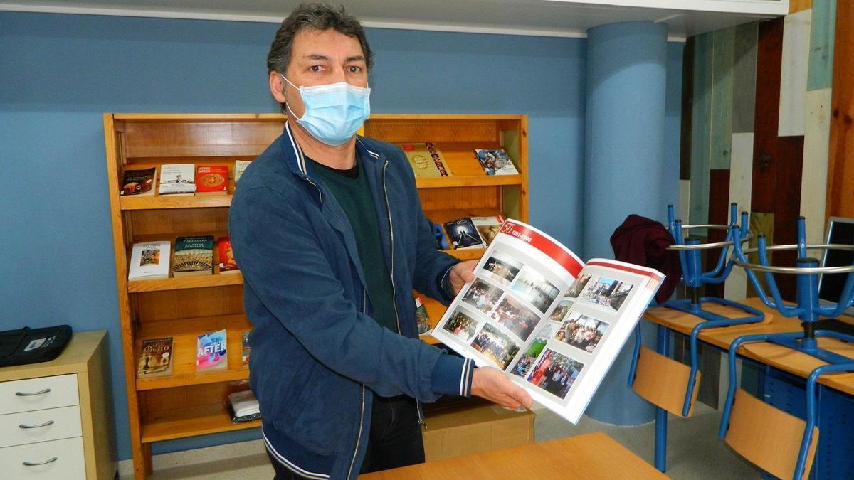 Juan José Caballero, director del IES Nuevo Scala, muestra el libro.