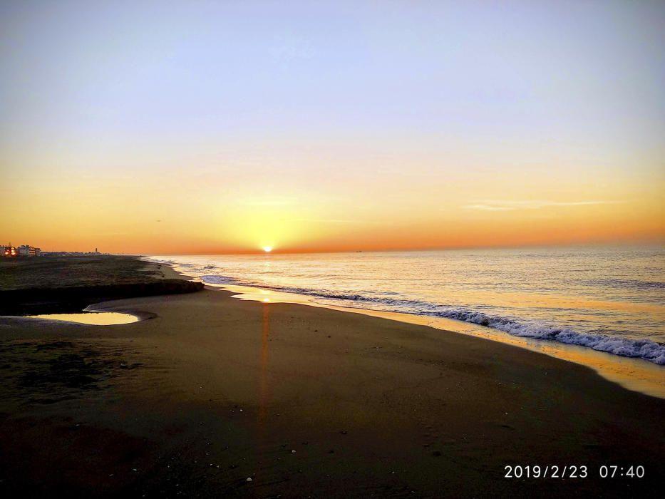 Castelldefels. El sol ja vol marxar, se'n vol anar a descansar, però abans ens delecta amb aquests colors groguencs i ataronjats en forma de comiat, que es reflecteixen a l'aigua del mar.