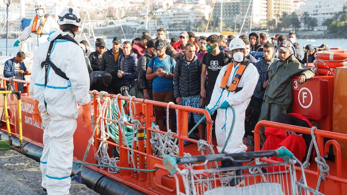 Trabajadores de Cruz Roja ayudan en el Muelle a trasladar a migrantes que han interceptado en aguas canarias
