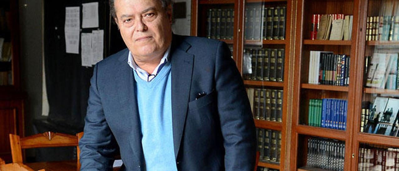 Gonzalo Otero, en la biblioteca del Casino.