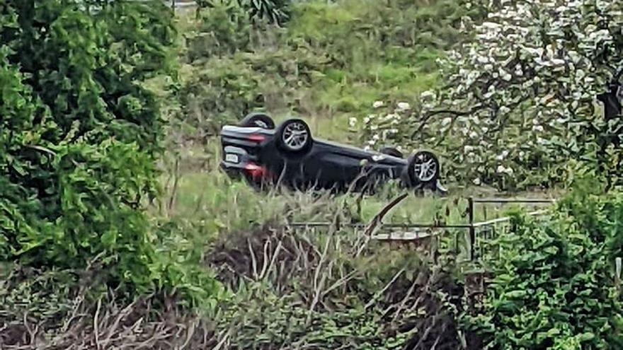 Un conductor huye tras salirse de la calzada en la glorieta de El Berrón (Siero)