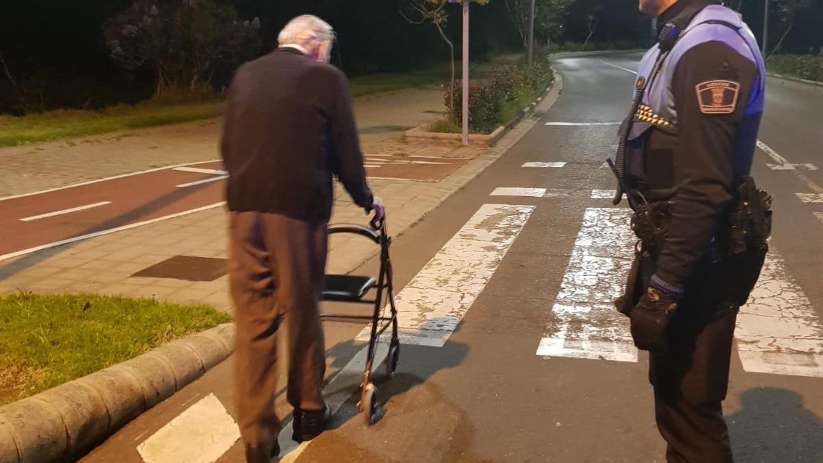 Encuentran por la noche a un anciano caminando desorientado en Arucas