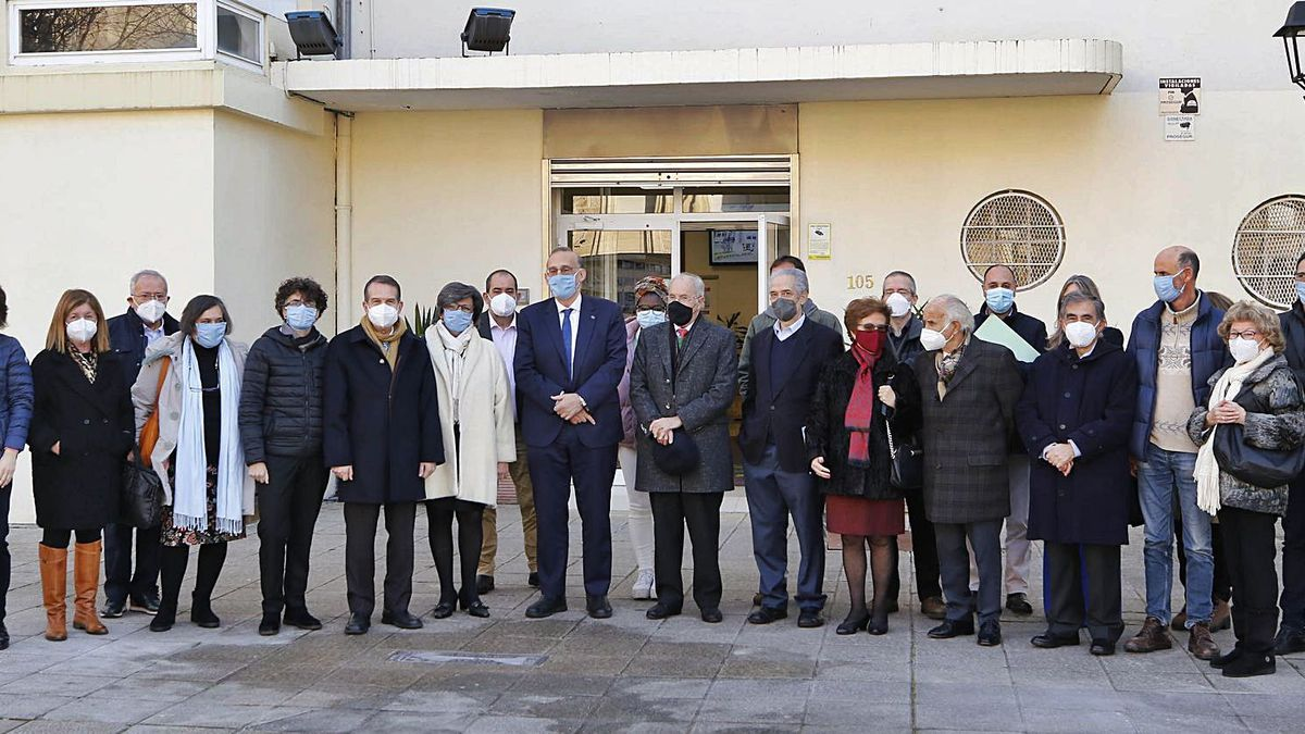 Foto de familia del alcalde, el rector y Espada con miembros actuales de la escuela y exdirectores ante la puerta principal. |   // ALBA VILLAR