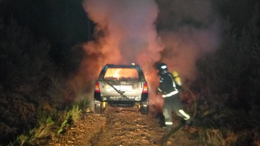 Zamora | Arde un vehículo en una pista forestal en San Pedro de las Herrerías