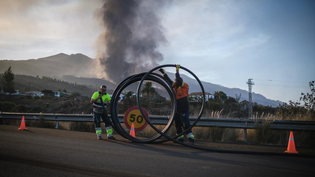 Los operarios trabajan en una carretera de La Palma tras la erupción del volcán.