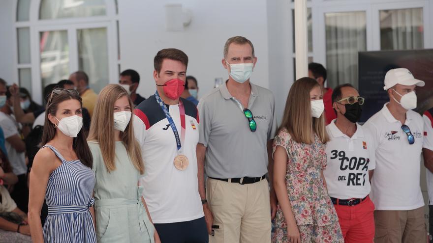 La Familia Real rinde homenaje a Joan Cardona, medallista en Tokio 2020, en el Club Náutico de Palma