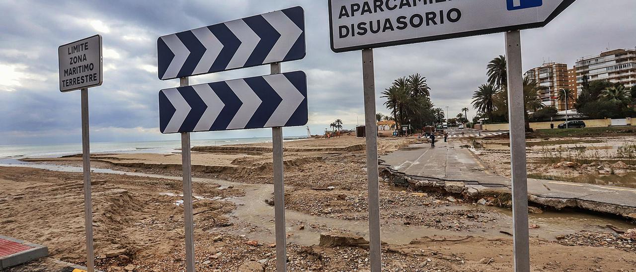 Estado en el que se encuentra el vial en la desembocadura del río Nacimiento en La Glea, que impide el tráfico rodado de una parte a otra de Campoamor por la costa.