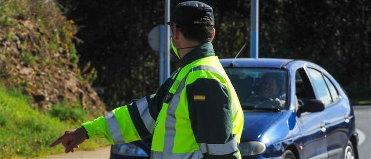 Un control de tráfico por parte de la Guardia Civil en el concello de O Grove.   | // IÑAKI ABELLA
