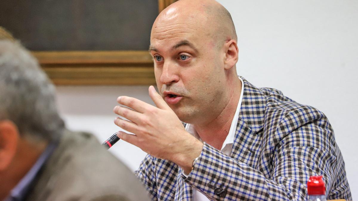 El concejal de Sueña Torrevieja, Pablo Samper,  durante un pleno, en una imagen de archivo