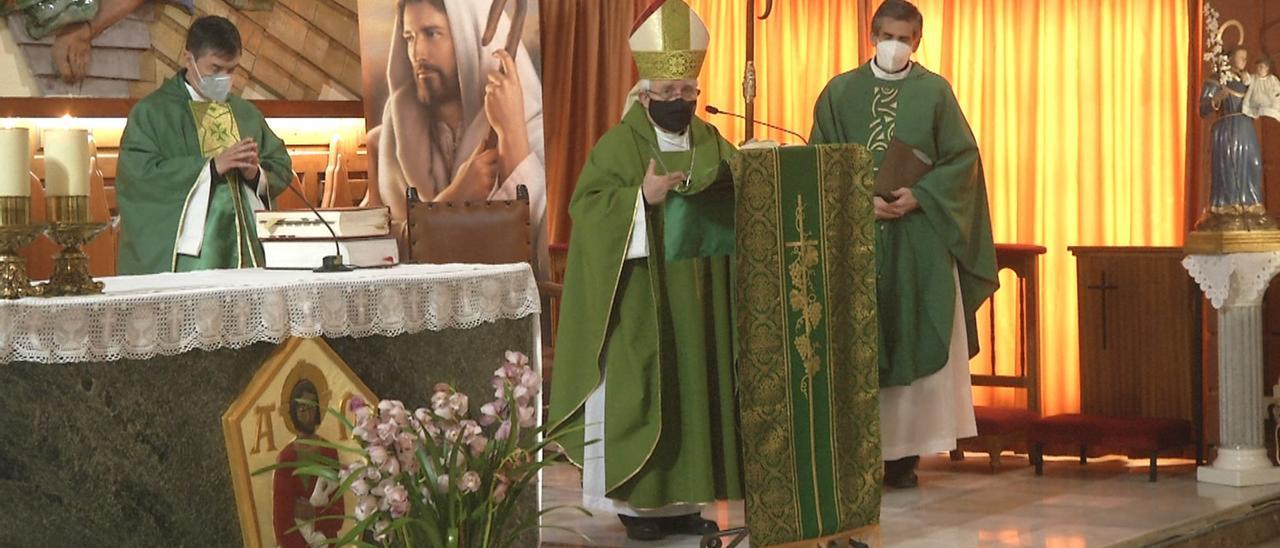 El obispo de la Diócesis de Orihuela-Alicante, Jesús Murgui, durante una misa.