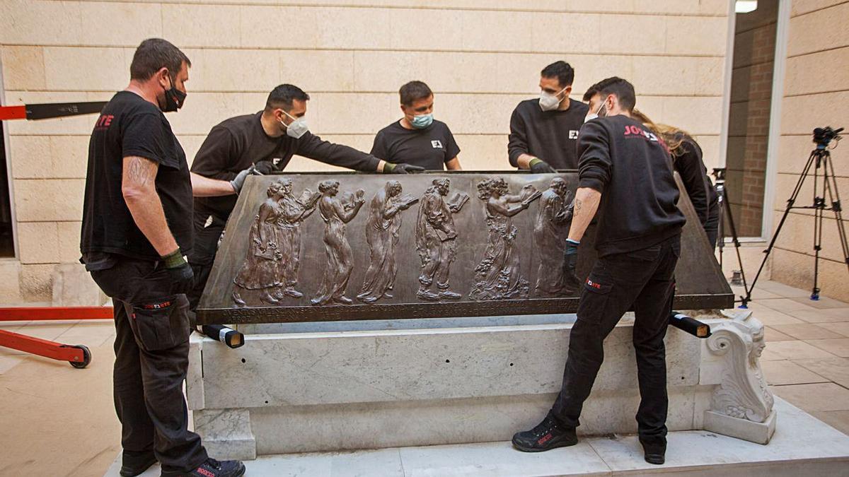 Sarcófago de Blasco Ibáñez en el vestíbulo del Cementerio General. | F. BUSTAMANTE