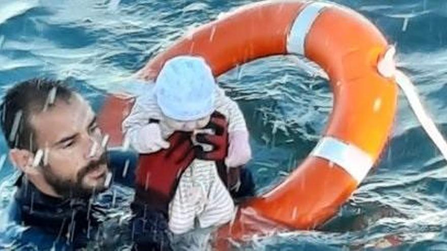 Momento en el que Juan Francisco recata al bebé en aguas ceutíes.