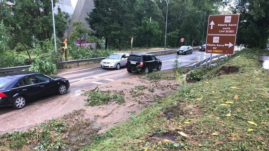 Árboles en plena carretera y coches circulando encima del agua: así fue la tormenta de Ourense