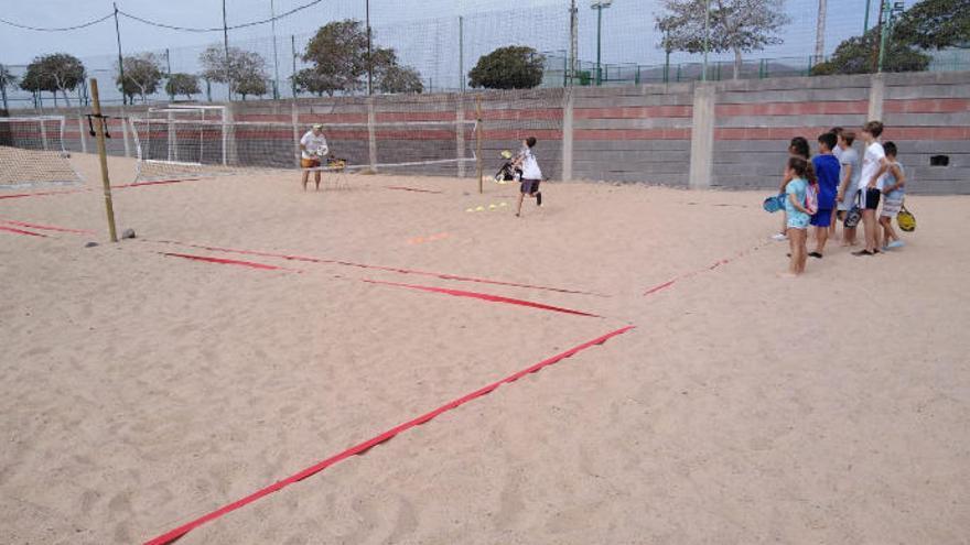 Las escuelas de tenis playa y de rugby, nuevas ofertas en el municipio
