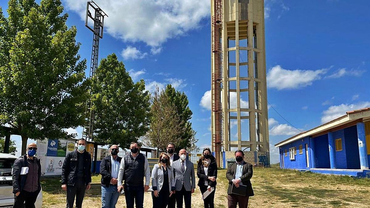 La alcaldesa de Morales, en el centro, junto a representantes de la Diputación en una reciente visita. | Cedida