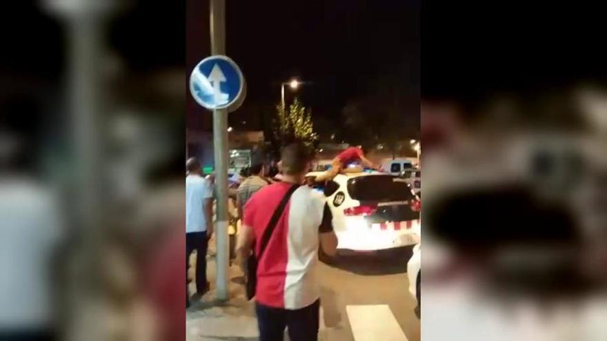 Un detenido rompe de un cabezazo la ventanilla de un coche de los Mossos