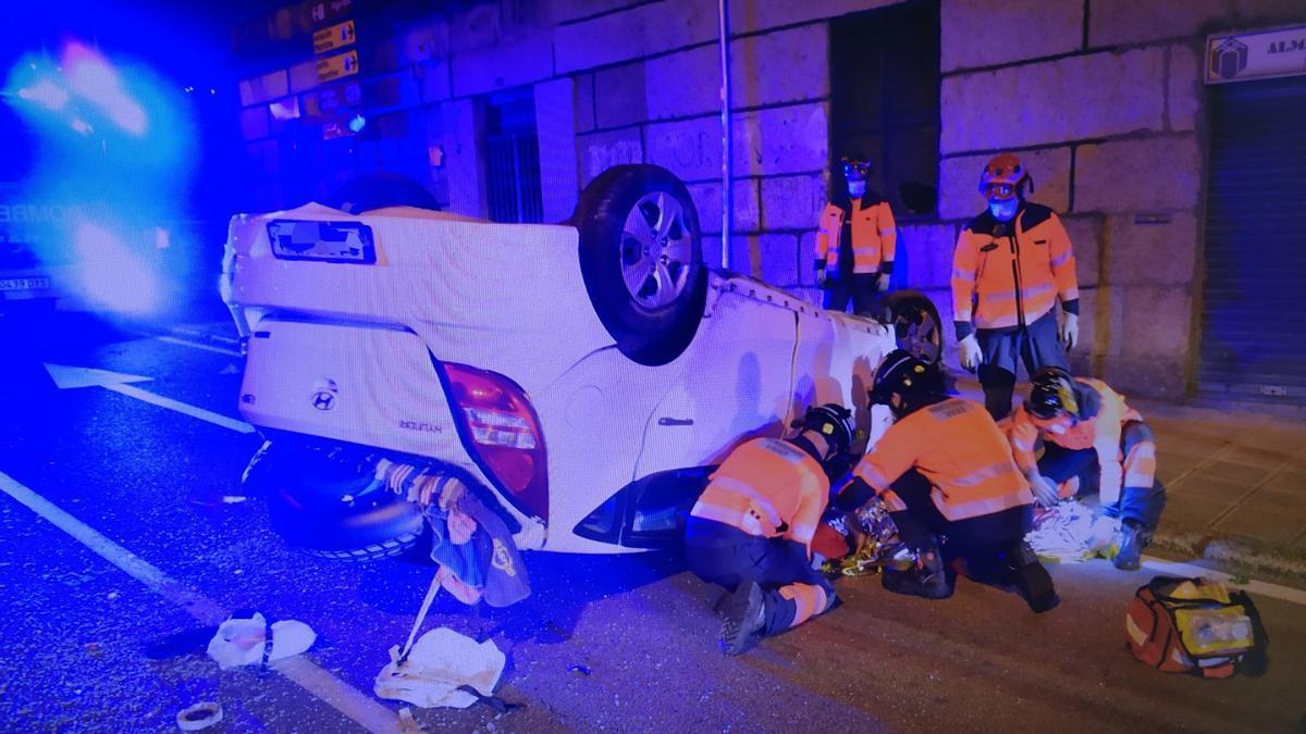 El coche accidentado en la Calle Buenos Aires, con los bomberos tratando de excarcelar a los dos ocupantes