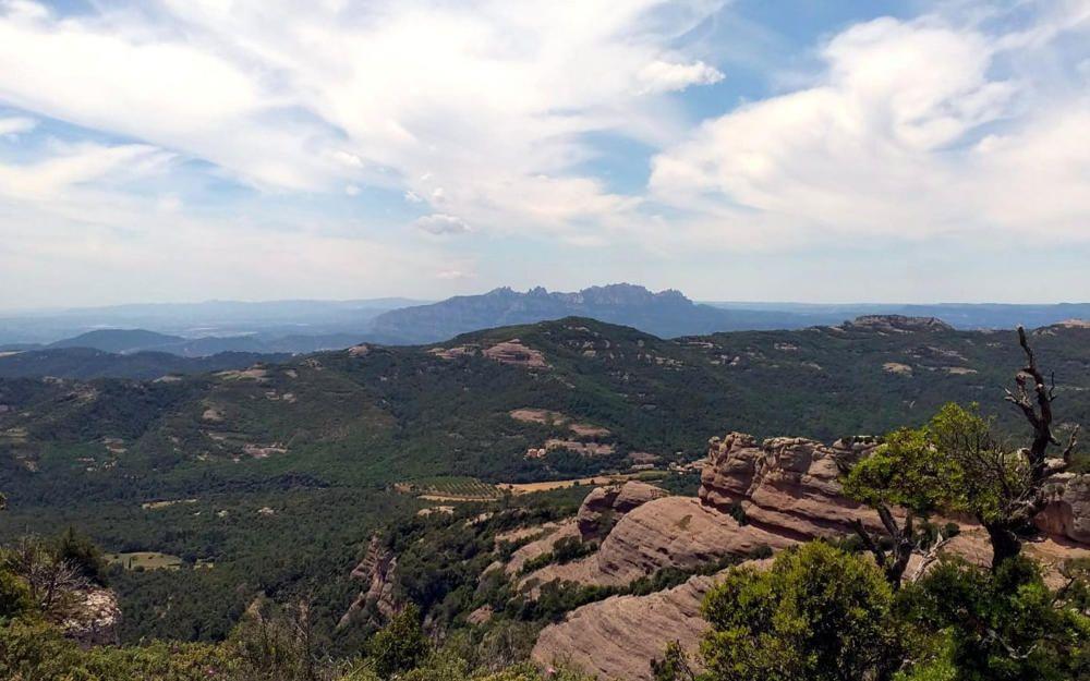Montserrat. En aquesta imatge podem veure com uns núvols que tenen pressa comencen a envoltar Montserrat, una muntanya màgica. Imatge feta des de la Mola.