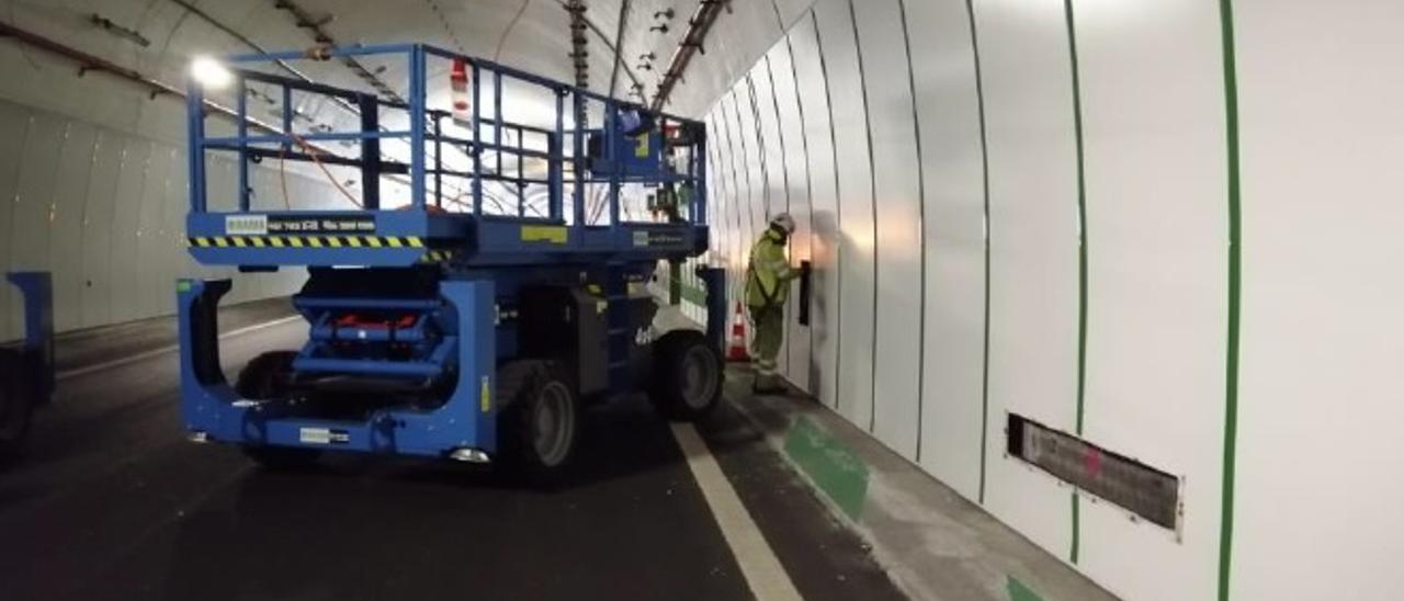 Un operario realiza trabajos en el interior del túnel de O Folgoso el pasado día 24. / Mitma