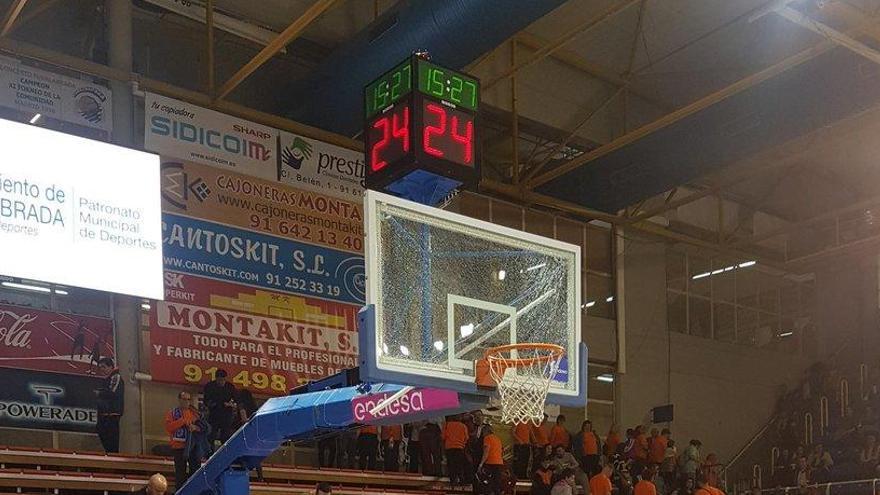 Un tablero roto retrasa el partido del Valencia Basket más de una hora