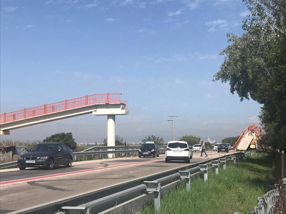 Un camión derriba la pasarela peatonal del Saler