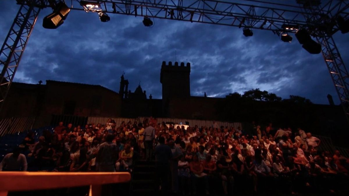 Público esperando el comienzo de una función en Cáceres