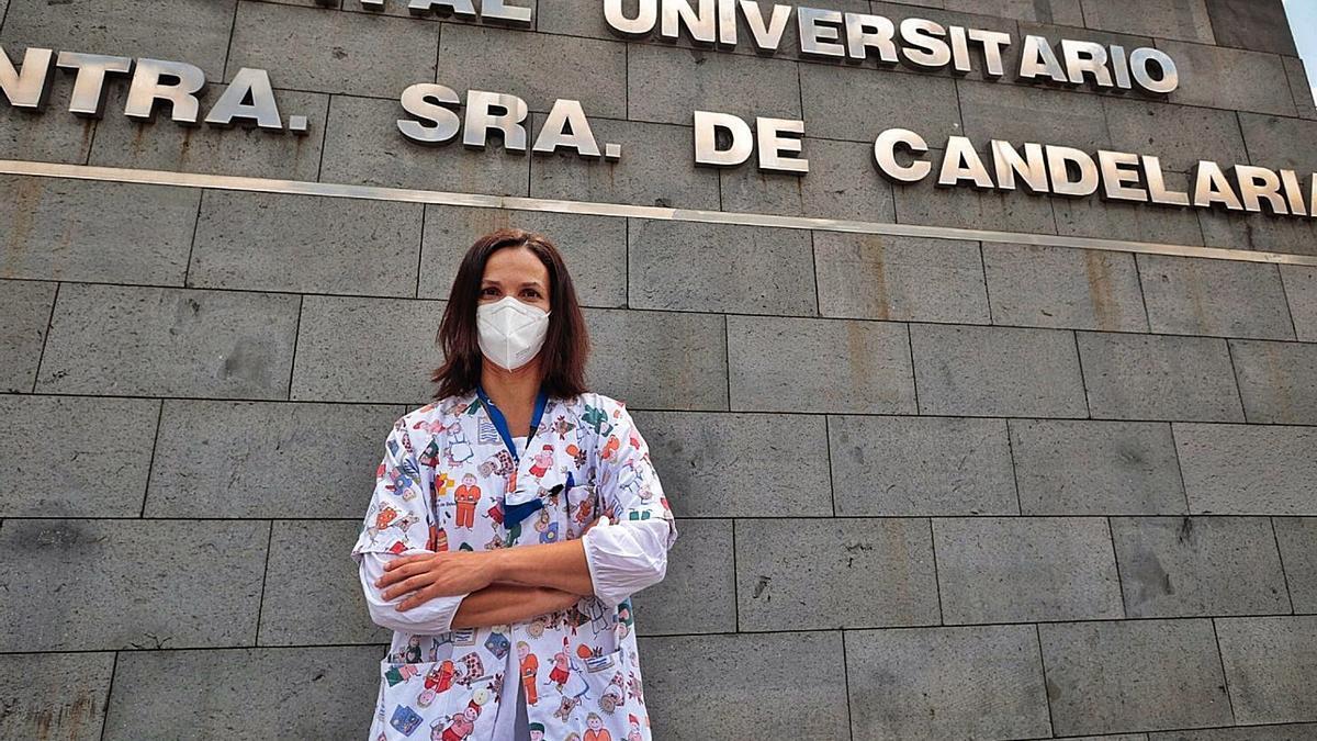 La investigadora prinicpal de este estudio, Sabina Romero, posa en el exterior del Hospital Universitario Nuestra Señora de La Candelaria.