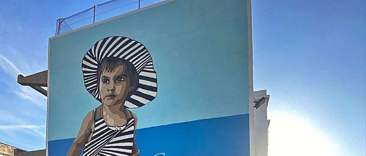 Chekos, amb el seu mural pintat a l'Escola Pia.                                    NATXO FRANCÉS