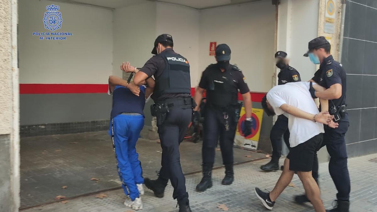 Agentes de Policía trasladan a los dos detenidos a la Jefatura de Palma.