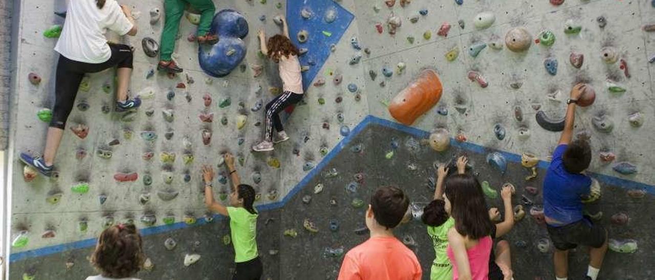 Varios de los niños participantes en la visita al centro de escalada de Coto Musel.