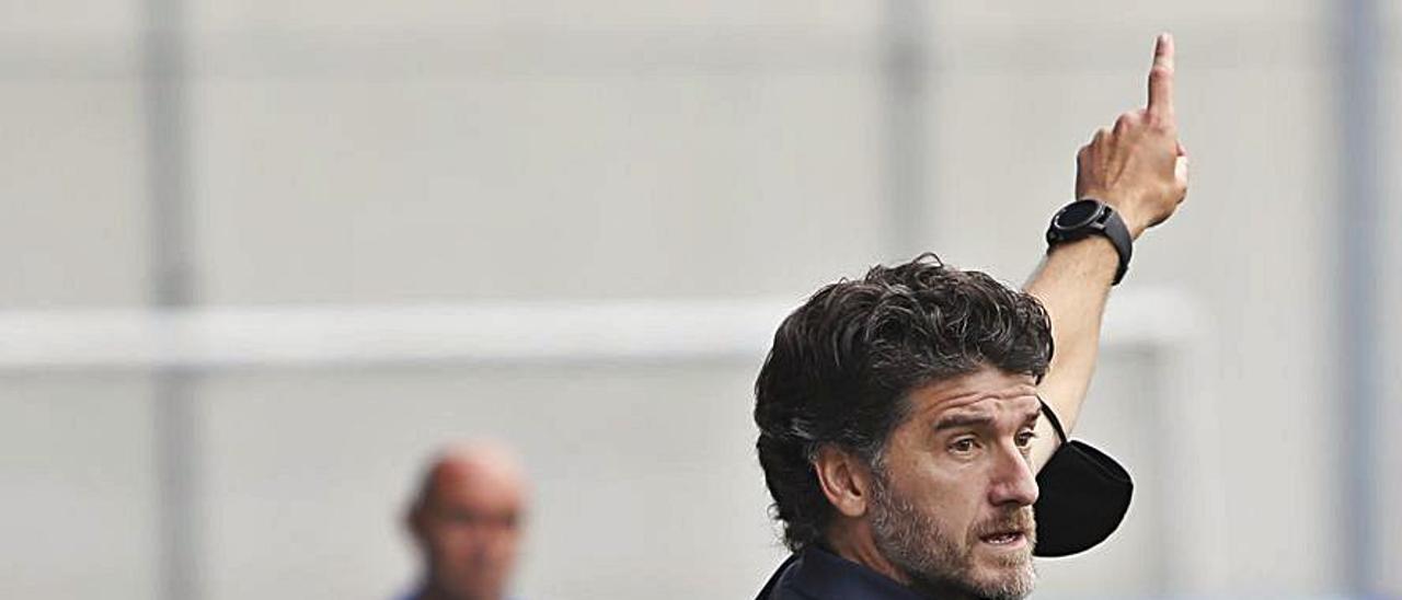 Samuel da indicaciones en el partido ante el Marino. | Luisma Murias