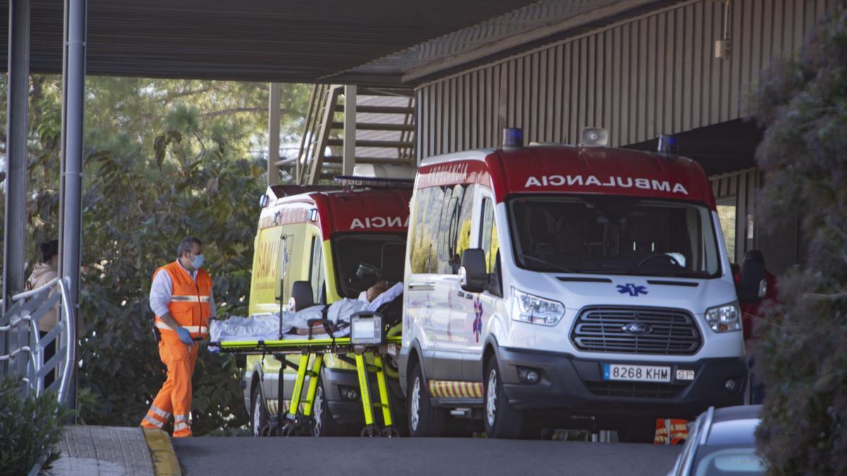 Entrada de Urgencias de un hospital valenciano en Xàtiva.